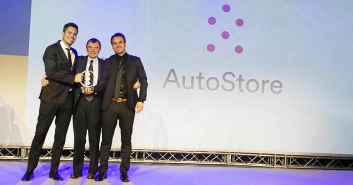 Lars Sæbø til høyre og Magne Hatteland til venstre mottok i desember prisen etter at AutoStore gikk til topps i European Business Awards