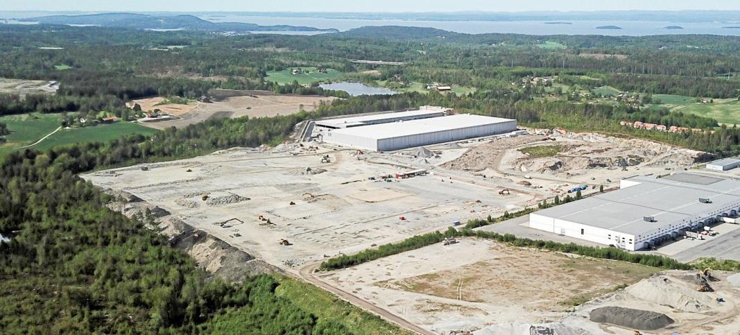 BYGGER: Tomten til Anthon B Nilsen ligger i det sydøstre hjørnet av gigantområdet på Vestby. I Bakkant reiser DSVs nye bygg seg.