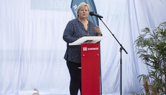 Erna Solberg tok seg noen timer fra fra pandemihåndtering for å avduke DB Schenkers nye elektriske Volvo FL