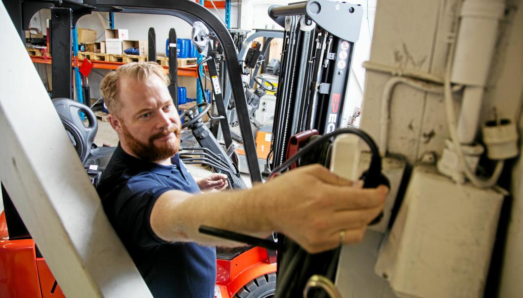Lading av EP EFL181 gjøres i en helt vanlig stikkontakt, viser Yngve Lofthus Teigen hos Smart-Truck.