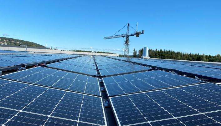 Solcelleanlegget er på 2500 kvadratmeter og dekker 20 prosent av OneMed Services' energibehov.