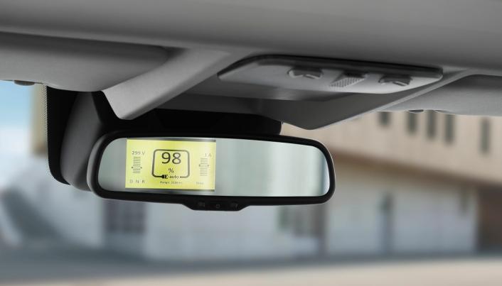 Typisk informasjon om elektrifiseringen av bilen vil komme i midtspeilet. Her vises blant annet batteritilstand, rekkevidde og girvalg.