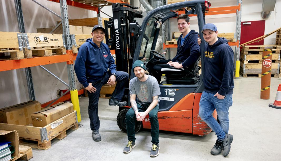 TOK LAPPEN: Lawrence Nazareno (fra venstre), Henrik Gabrielsen Sletta, Jonas Eriksen og Simon Brekke var alle sendt på truckkurs av sin arbeidsgiver, Lantmännen.