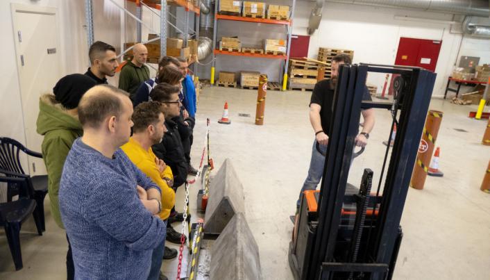 LÆRER'N: Kursleder Stefan Larsson forklarer støttebentruckens hemmeligheter til kursdeltakerne hos Toyota på Haugenstua.