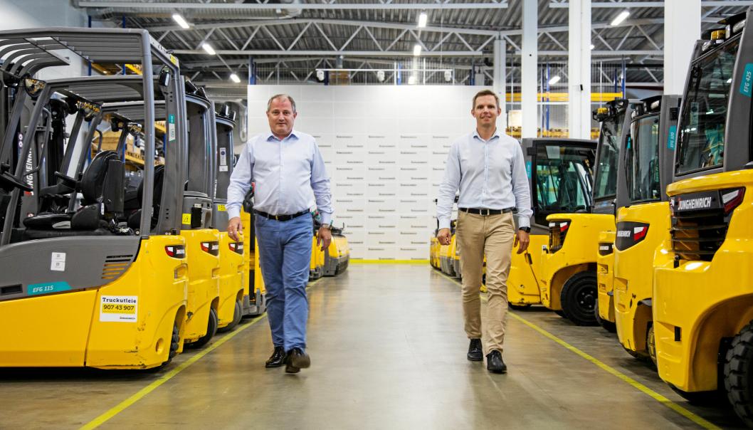 SATSER BREDT: Administrerende direktør Arild Drageset (til venstre) vender ikke ryggen til gaffeltruckene, men håper at Jens Gjerlaug som leder forretningsområdet systemløsninger, skal spre hele Jungheinrichs produktportefølje ut i det norske markedet.