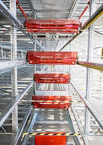 LAGERETS «SPORTSBILER»: Fire av totalt 108 skytler som skal suse gjennom anlegget og hente varer lynraskt til plukkerne.