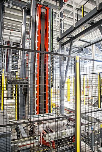 SMART PROSESS: Når pallen er ferdig plukket fra skyttelanlegget, senkes den gjennom gulvet via denne heisen og blir samtidig sikret med plast.