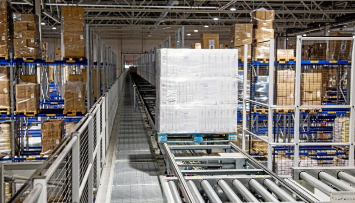 LIVSNERVEN: Et 250 meter langt transportbånd går gjennom hele det manuelle lageret og forsyner det med paller.