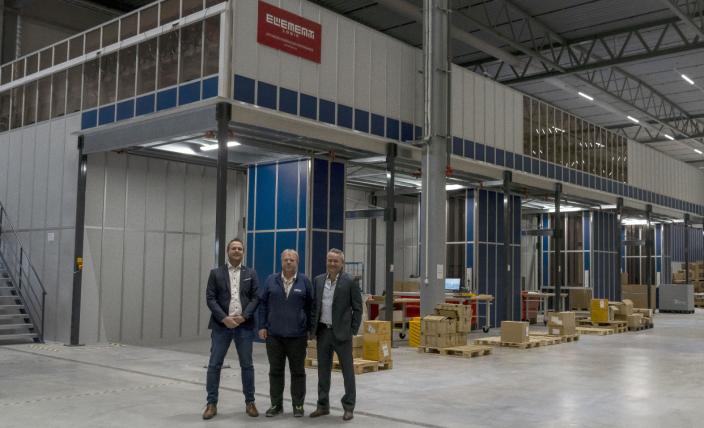 HJEMME: Fra venstre: Alexander Kaasa, Senior Business Development Manager DSV Solutions, Morten Kleven, Site Director, DSV Solutions og Ulf Erik Kruger Solheim, administrerende direktør, DSV Solutions foran det nye AutoStore-anlegget