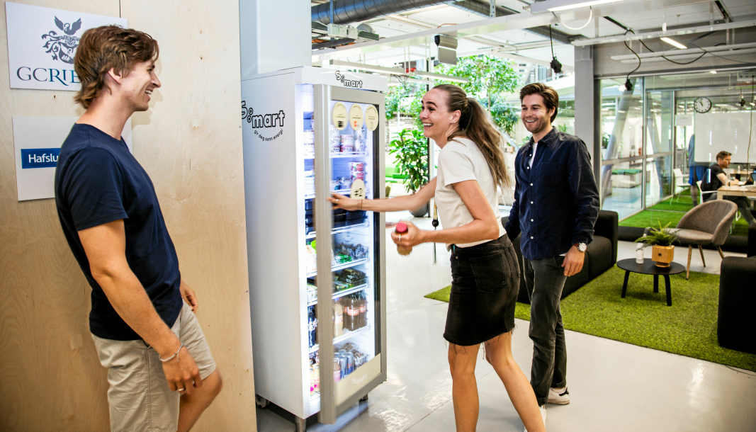 UNNSKYLD MEG: Midt under fotoshooten med Niels (til venstre) og Henrik Bjønness kommer «Head of the lab» i StartupLab i Forskningsparken, Lauga Oskarsdottir forbi og bare MÅ kjøpe en smoothie fra skapet til S:mart.