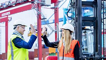 Styreleder Roger Schjerva i Oslo Havn KF og markedssjef i Yilport Maiken Solemdal kan glede seg over positive tall i havnen etter at landet åpnet opp igjen.