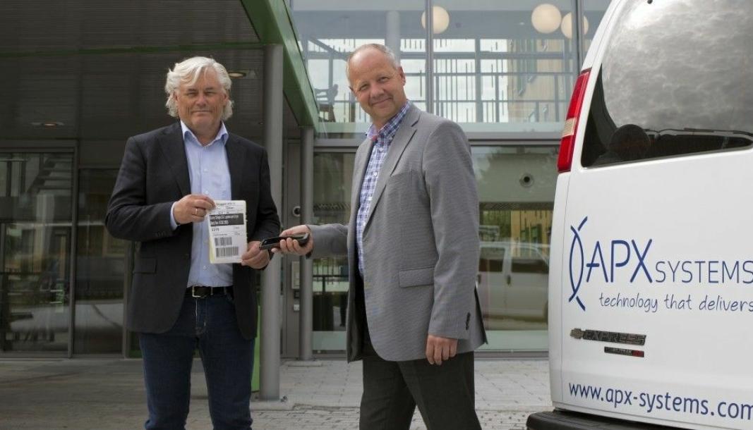 Jan Erik Evanger (til venstre), daglig leder i APX Systems, og Fredrik Goborg, prosjektleder, viser frem terminalløsningen i innkjøpssystemet