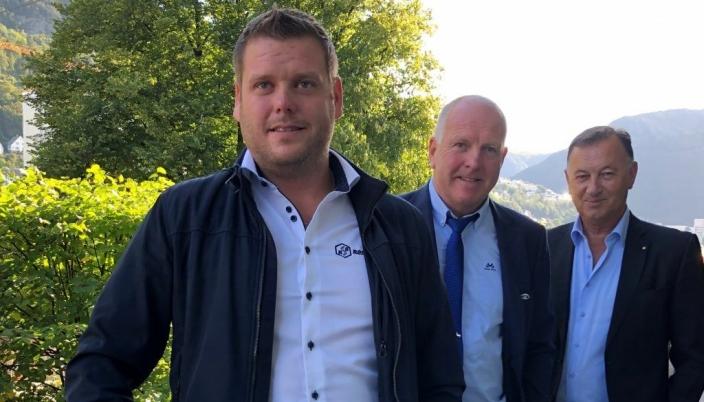 Anders og Odd Einar Sandøy fra Rostein, sammen med Jarle Gunnarstein fra Larsnes mek.