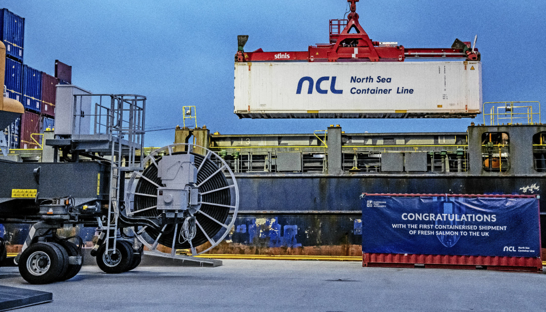 Utskipning av første container med fersk laks fra Norge til Storbritannia.