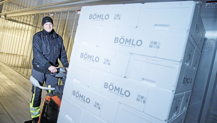 Aistis Navikauskas laster kasser med Bömlo-laks i containeren.