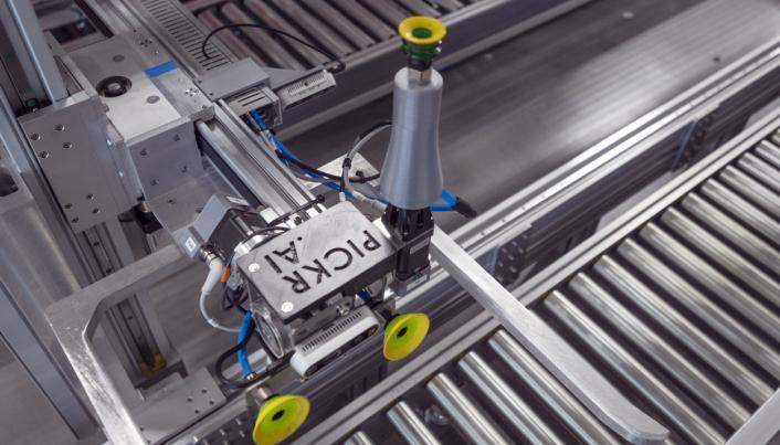 SER: Roboten som norske Pickr har utviklet har også tre kameraer som skal gjenkjenne varene.