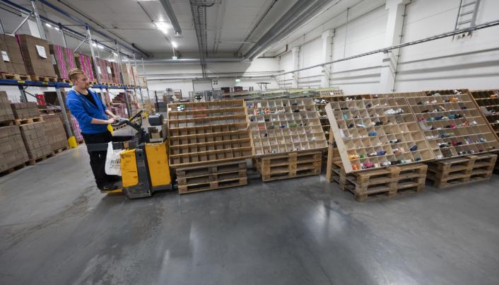 TIL PAKKING: I disse reolene står de ferdig plukkede varene klare til pakking. Rekorden er pakking av 50.000 produkter på en dag.