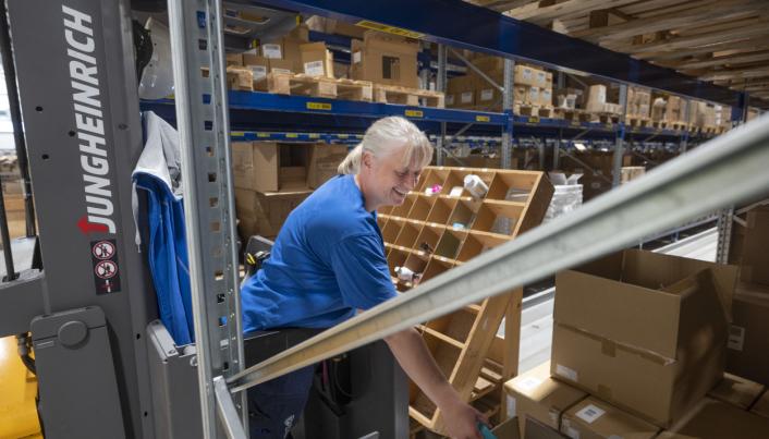 56 ORDRE: Når Marianne Larsson og hennes kollegaer plukker varer gjør de det til 56 kunder om gangen.