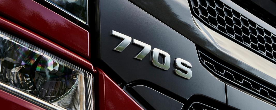 Det var versert bilder av Scania med 770 i grillen på sosiale medier i lang tid. Dette bildet er imidlertid sent ut av Scania selv, sammen med en pressemelding om at de nå tilbyr en ny og forbedret V8-serie med 770 hk som største motor.