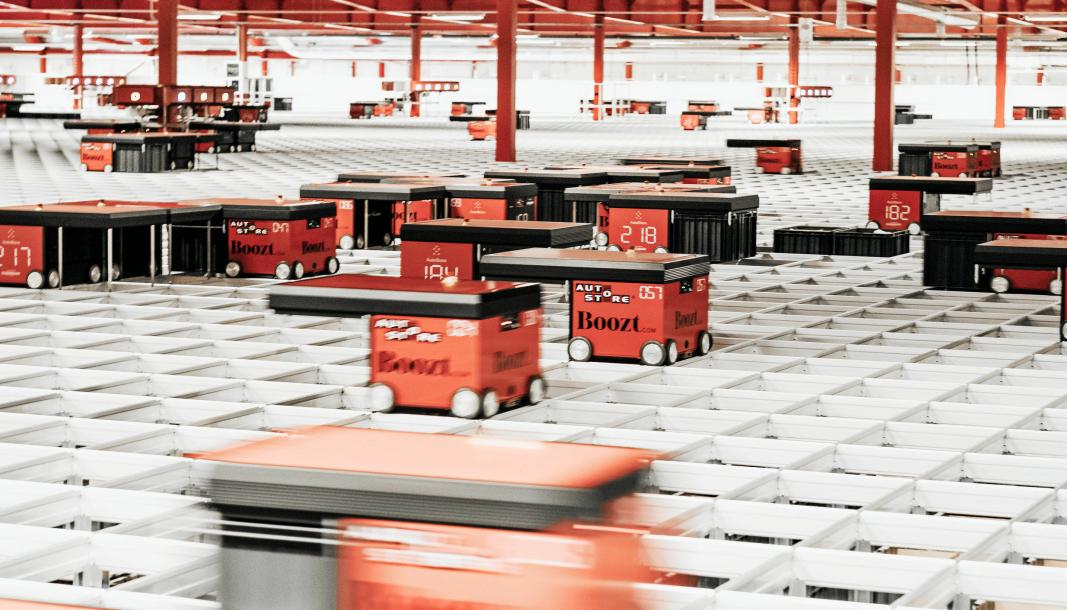 Med Router kan man sette dobbelt så mange robotoer i sving på et AutoStore-anlegg, samtidig som hver robot jobber mye smartere. Her fra Boozts lager i Ängeholm, som har verdens største AutoStore.