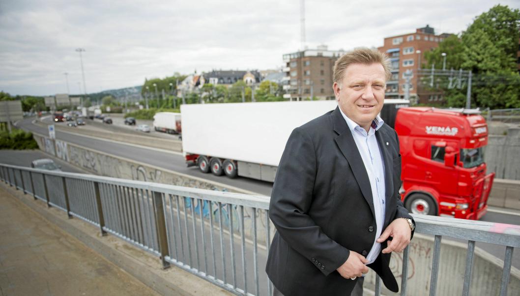 Adm. direktør i NLF, Geir A. Mo er kritisk til tempoet i utbedring av 120 mil med riksvei som mangler gulstripe. Foto: NLF