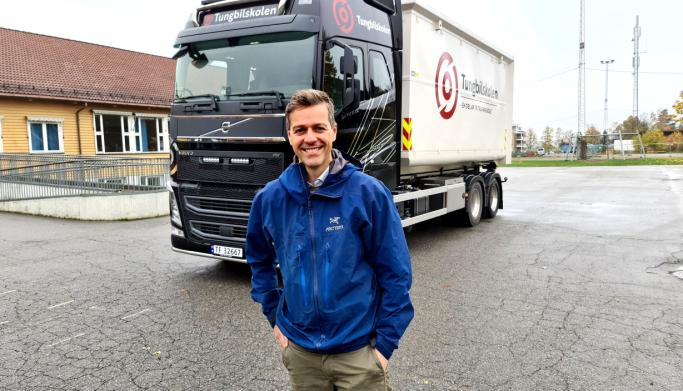 Samferdselsminister Knut Arild Hareide var strålende fornøyd etter første tur i førersetet på tungbil.