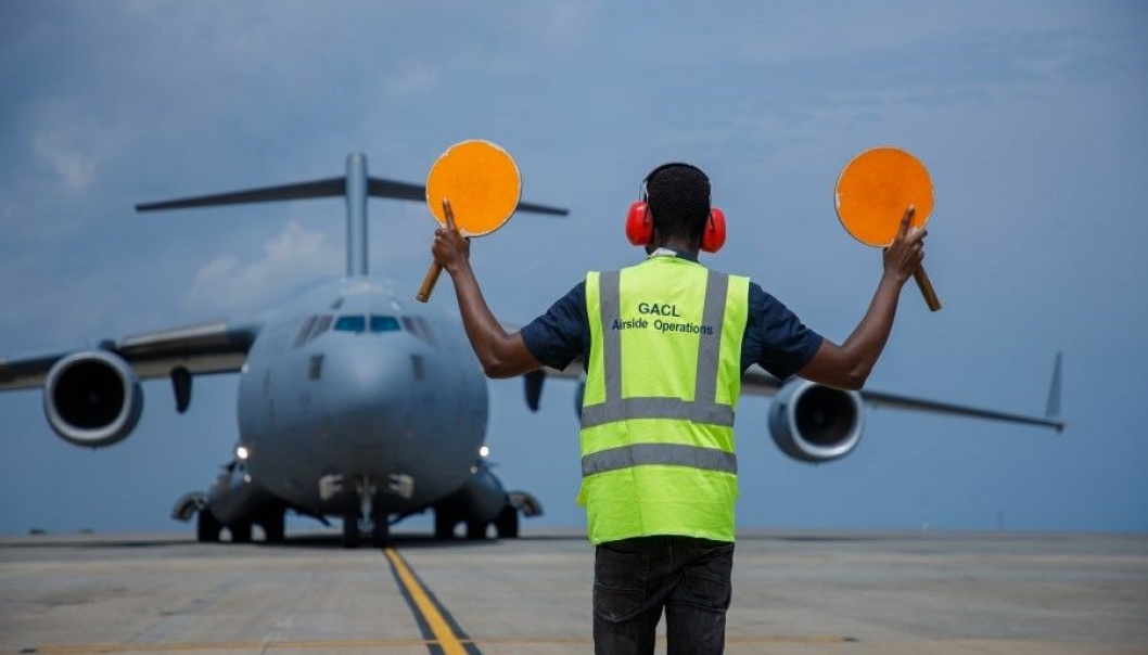 Transportfly med mat til hungersrammede har landet.