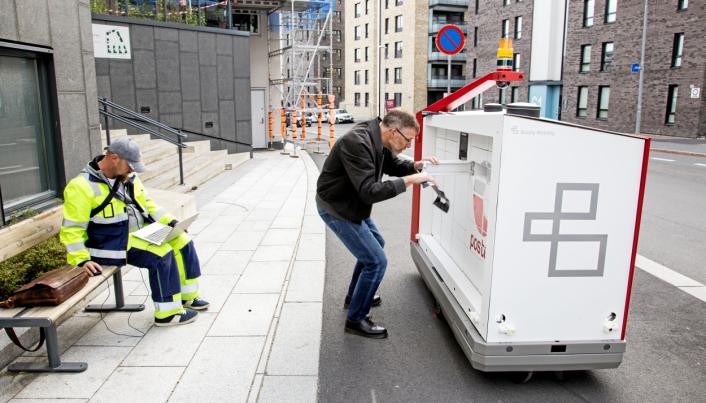 KLARGJØR: Ved startposisjonen nederst i Lørenveien legger Postens Svein Aaserud inn ti gavekort fra XXL, som testpersonene skal hente, mens Morten Theiste gjør ferdig programmeringen.