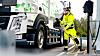 I samarbeidet mellom Volvo Trucks og Swerock blir det brukt to helelektriske lastebiler: En Volvo FM og en Volvo FMX. Her er FM-en, en betongbil, på ladestasjonen.
