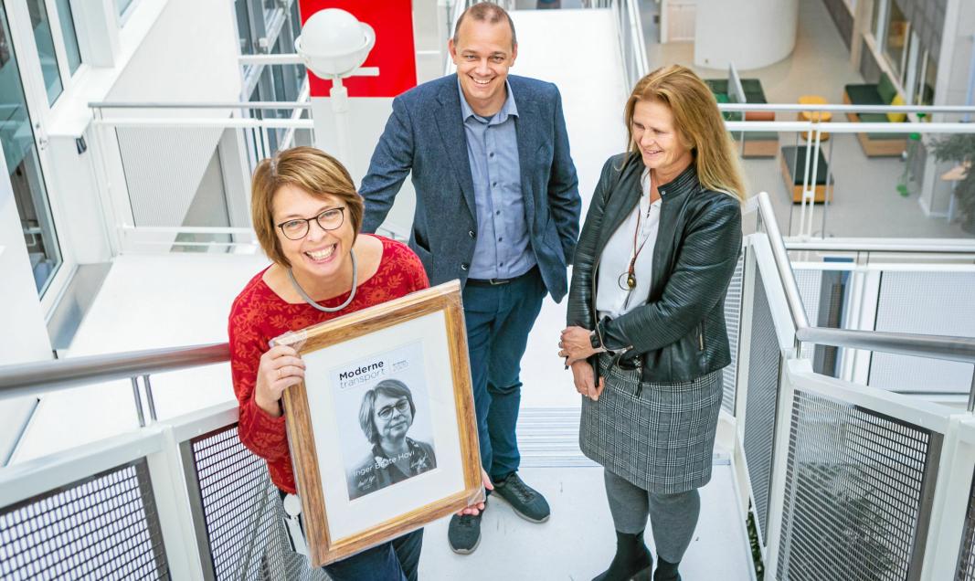 Inger Beate Hovi (rød genser) er vinner av Moderne Transport-prisen 2020. MT-redaktør Øyvind Ludt og juryleder Eirill Bø delte ut prisen på TØI.