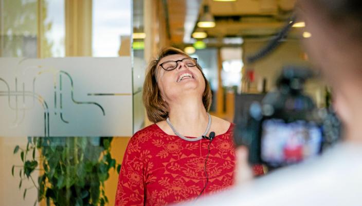 Inger Beate Hovi ble overrasket med prisutdeling under et internmøte i TØIs lokaler i Forskningsparken.