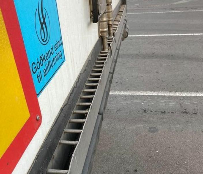 Vann som renner ut samles opp. Godkjenningsmerket viser at alt er på stell til å frakte laks. Foto: Privat