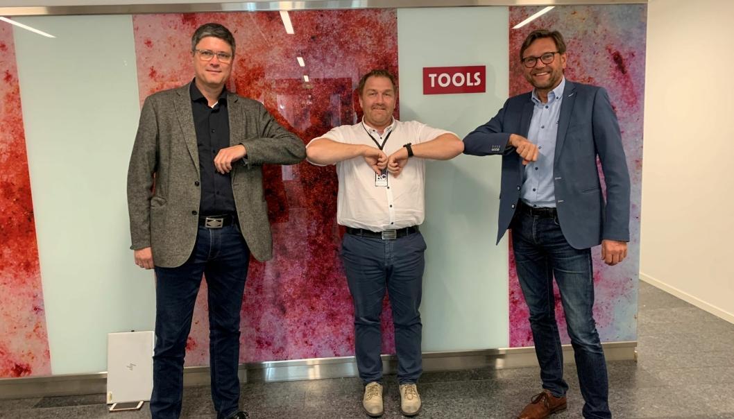 Opti Logs Bent Torgersen og Trond Iversen har funnet verktøyet sammen med Tools logistikkdirektør Stig Gustavsen (midten).