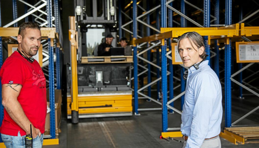 NYE HYLLER: Daglig leder Rune Alexander Rødsten (t.h.) og Kennet Thomsen, drift & Logistikkansvarlig i Apilar gleder seg til å fylle de nye reolene med paller.
