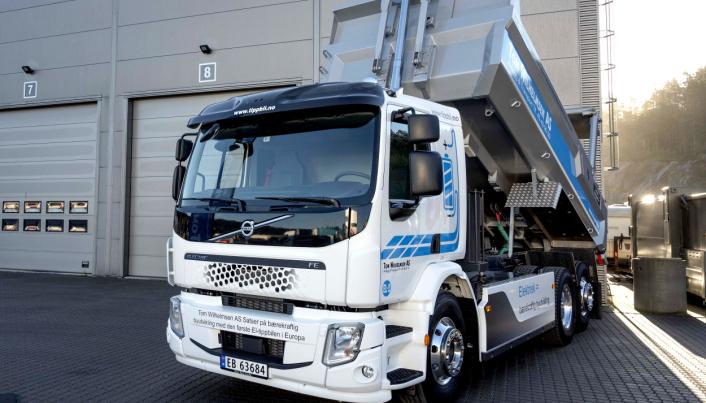 FØRSTE: Dette er Europas første helelektriske serieproduserte tippbile. Den er nå i drift hos Tom Wilhelmsen AS.
