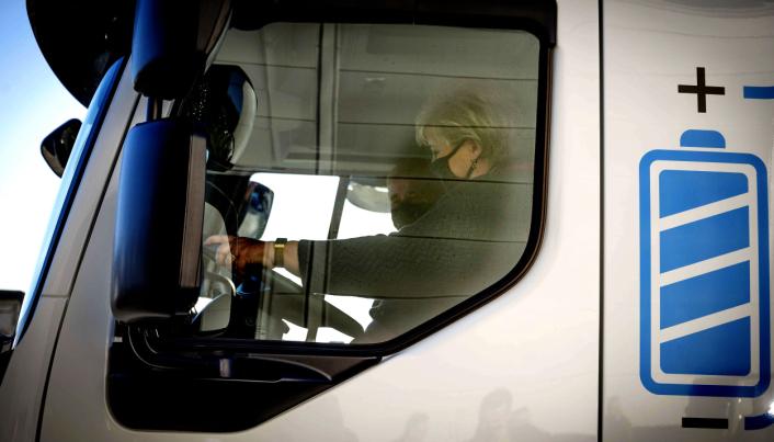 PRØVEKJØRTE: Erna Solberg hadde sågar tatt med seg det gamle førerkortet sitt siden hun skulle prøvekjøre lastebil.