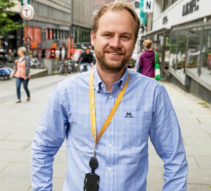 Daglig leder Anders Angen i Helthjem Netthandel gleder seg over nye rekordtall.