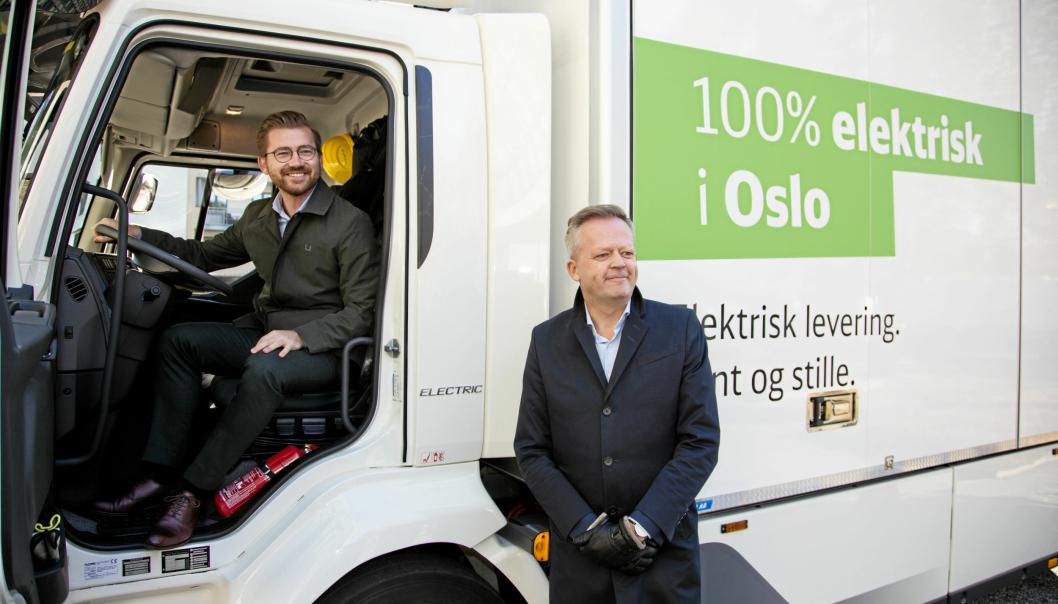 Klima- og miljøvernminister Sveinung Rotevatn sammen med og administrerende direktør i DB Schenker Norge, Knut Eriksmoen under lanseringen av Grønt landtransportprogram.