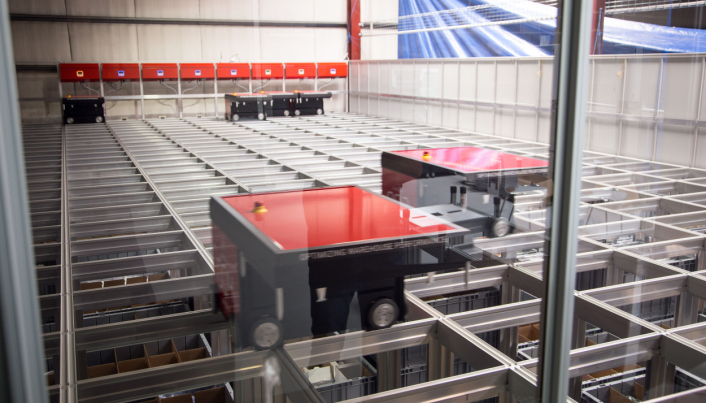 KAN UTVIDE: Autostoren hos Colliflow består av 9600 kasser, ti roboter og tre porter, men kan enkelt utvides til å bli over dobbelt så stor.