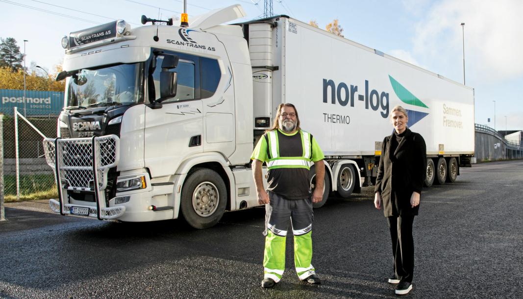 FLOTT EKVIPASJE: Sjåfør Jørn Karlsen er blant de første som får kjøre med nyprofilert Nor-log-trailer. Her sammen med salgs- og markedssjef Silje Steffensen i Nor-log Thermo.