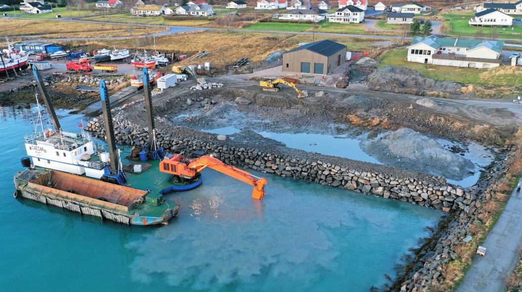 Arbeidet i Reipå havn er startet og skal pågå i to måneder.