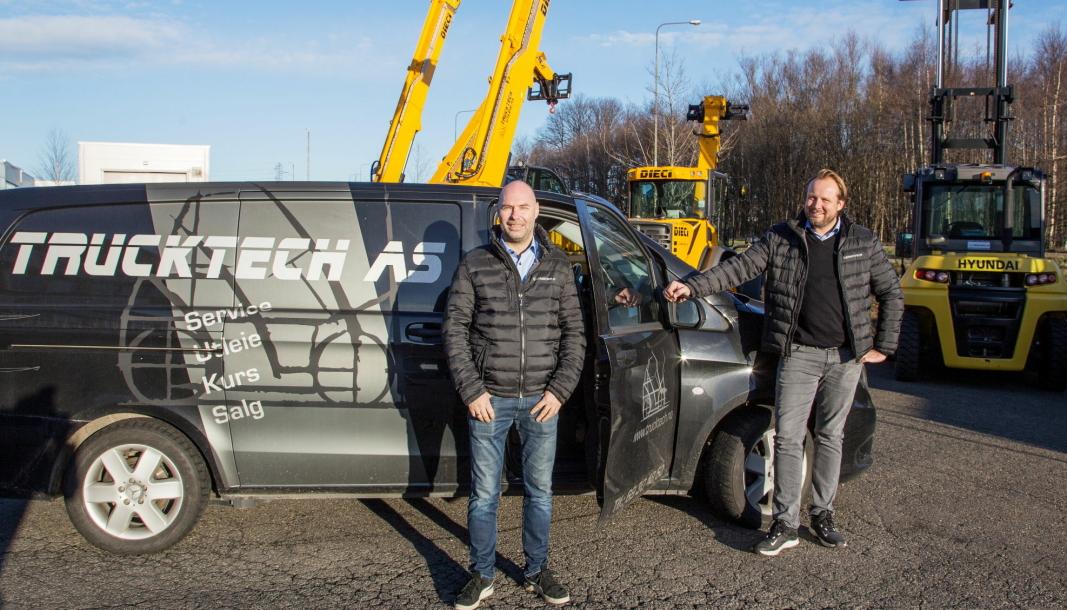 Trucktech i Fredrikstad blir forhandler av gaffeltrucker fra Crown. Her står daglig leder Magnus Pettersen (til venstre) og Runar Espenes foran teleskoptrucker fra Dieci og en Hyundai, som er blant de andre merkene i Trucktechs portefølje.