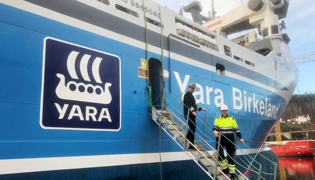 Ragnar Stanging (øverst) er hyret inn som kaptein for skipet. Fabrikksjef for Yara Porsgrunn, Jon Sletten, representerer Yara Norge AS som reder av verdens første batteridrevne og autonome skip - «Yara Birkeland». Foto: Yara Porsgrunn.