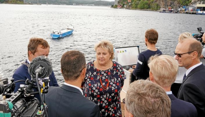 Yara Birkeland har fått stor oppmerksomhet. Her er statsminister Erna Solberg på besøk hos Yara i Brevik i 2018 med en fjernstyrt modell av Yara Birkeland i bakgrunnen.