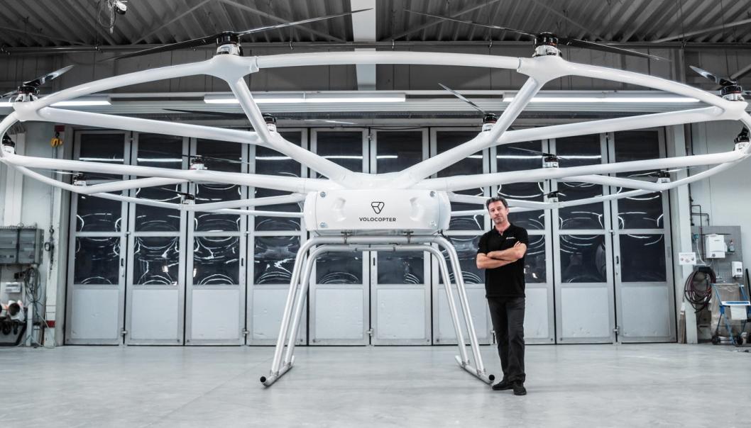 KLAR TIL INNSATS: Sjefsingeniør Christophe Hommet i VoloCopter med en VoloDrone, som kan frakte en europall med 200 kg.
