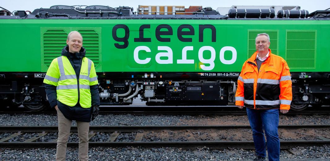 Den nye lokomotivet tar godstrafikken et betydelig skritt framover. Her med Oskar Stenstrøm (til venstre) i Bane Nor og Bengt Fors i Green Cargo.
