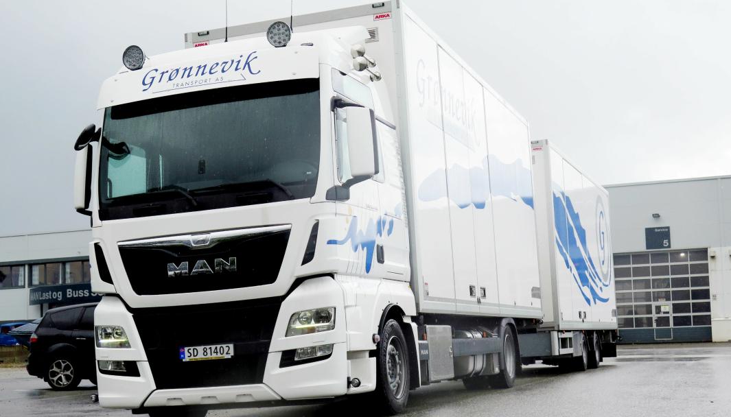 FISKETRANSPORT: Grønnevik Transport AS er en av flere aktører innenfor transport av fisk. Dette bildet ble tatt da bedriften kjøpte en ny MAN 18.440 LL-U. . Bilen benyttes til transport av fiskekasser fra fabrikk på Bømlo, og den har plass til 1600 fiskekasser.