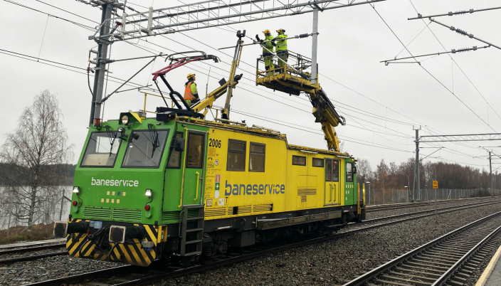 • Baneservice med arbeid i kontaktledningsanlegget ved Årnes stasjon forrige uke. (Foto: Glenn Lund/Bane Nor).