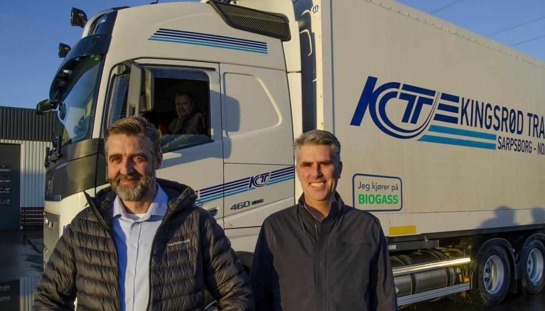 Daglig leder Jon Trygve Hagen og styreleder Dag Ove Kingsrød foran null-utslipps vogntog som går på biogass