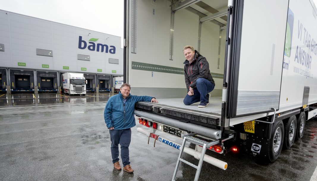 FORNØYDE: Fra nå skal ikke avrenning være noe problem når Runar Bakken og Bama Logistikk kjører fersk fisk. Også Kim Christensen i TIP Trailer som leverer de nye hengerne, er godt fornøyd med resultatet.
